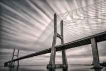 Живописный вид на мост Васко да Гама, Лиссабон, Португалия — стоковое фото