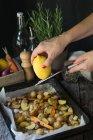 Donna grata limone patate arrosto, aglio e carote — Foto stock