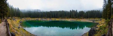 Vista panorámica del lago Carezza, Alpes, Tirol del sur, Italia - foto de stock