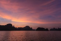 Silhouette of limestone karsts at sunset, Ha long Bay, Vietnam — Stock Photo