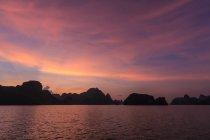 Силуэт карстовых известняков на закате, ха долго Бей, Вьетнам — стоковое фото