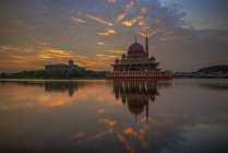 Scenic view of Dawn at Masjid Putra, Malaysia — Stock Photo