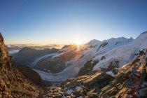 Vue panoramique du lever de soleil sur les Alpes suisses plus haut glacier d'Aletsch, Grisons, Suisse — Photo de stock