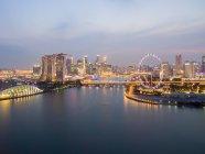 Vista panoramica sullo skyline della città al tramonto, Marina Bay, Singapore — Foto stock