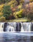 Величественный водопад Уэйнват, Йоркшир Дейлз, Йоркшир, Англия, Великобритания — стоковое фото