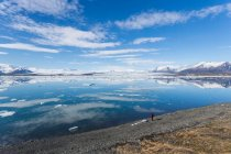 Islanda, Laguna di Jokulsarlon, donna guardando ghiacciai — Foto stock