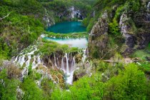 Majestuosa vista de fascinantes lagos de Plitvice, Parque Nacional de Plitvice, Croacia - foto de stock