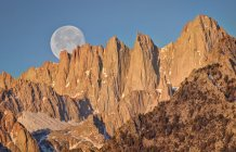 Vista panorámica de la puesta de la luna sobre el monte Whitney, California, América, EE.UU. - foto de stock