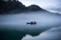 Людина парусних традиційні човни на Донг річки, Ganzhou, Сполучені Штати Америки — стокове фото