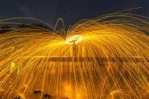 Мужчина танцует из стальной шерсти — стоковое фото