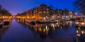 Scenic view of Amsterdam canal at night, Holland — Stock Photo