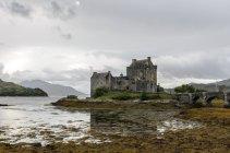 Majestuosa vista del Castillo de Eilean Donan, Highlands, Escocia, Reino Unido - foto de stock