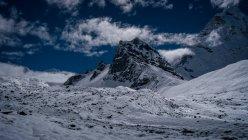 Пасмурное небо над заснеженные горы, Национальный парк Сагарматха, Chukhung долина, Непал — стоковое фото