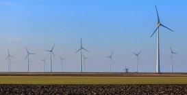 Linhas de turbinas eólicas, Eemshaven, Groningen, Países Baixos — Fotografia de Stock