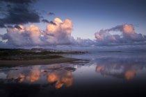 Cloudscape і роздуми, Лос-Ланцес, tarifa, Андалусия, Іспанія — стокове фото