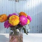Vase avec des fleurs colorées coupées fraîches — Photo de stock