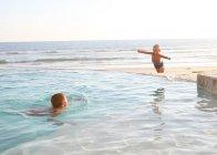 Два кавказских мальчиков, веселятся в воде океана — стоковое фото