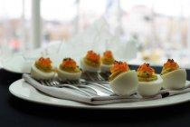 Gustose uova bollite con il caviale al ristorante — Foto stock