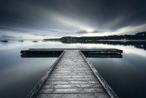 Vue panoramique de la jetée en bois sur le lac de Bombannes, Gironde, France — Photo de stock