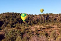 Vista panorámica de globos volando sobre Sedona, Arizona - foto de stock