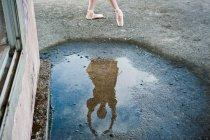 Reflejo de bailarina bailando en un charco - foto de stock