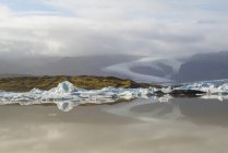 Vista panoramica di iceberg galleggianti nel lago, Islanda — Foto stock