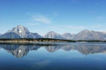 Vista panorâmica das montanhas refletida no lago, América, Estados Unidos da América — Fotografia de Stock