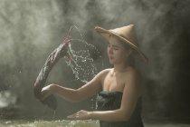 Ritratto ravvicinato di Bella donna che lava i vestiti nel fiume, Thailandia — Foto stock