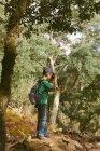Junge Blick durch ein Fernglas im Wald — Stockfoto