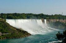 Живописный вид на величественный Ниагарский водопад со стороны Америки, американский Ниагарский водопад — стоковое фото
