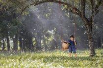 Дівчинка сидить на гойдалки з собакою в природі — стокове фото