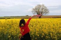 Sciarpa donna che ondeggia nel campo dello stupro, Niort, Francia — Foto stock