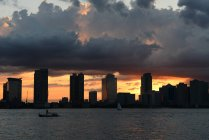 Vista panorámica del parque de la batería bajo cielo dramático, Manhattan, Nueva York, Estados Unidos - foto de stock