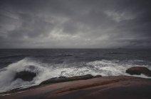 Vue panoramique sur les vagues qui s'écrasent sur les rochers, Laguna Beach, Santa Catarina, Brésil — Photo de stock