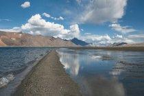 Пейзаж с озеро и горный хребет, Ладакх, Тибет, Гималаи — стоковое фото