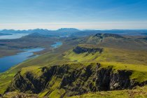 Vista panorámica del paisaje con cordillera, Isla de Skye, Escocia, Reino Unido - foto de stock