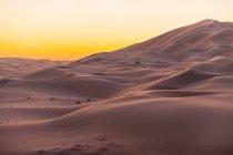 Sunset over sand dunes, Abu Dhabi, United Arab Emirates — Stock Photo