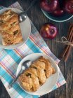 Draufsicht der leckeren Apfelkuchen auf rustikalen Holztisch — Stockfoto
