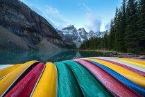 Scenic view of multi-colored canoes, Banff, Alberta, Canada — Stock Photo