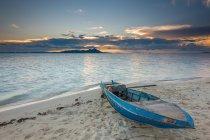 Malaysia, Sabah, malerischen Blick auf Sampan am Strand bei Sonnenuntergang — Stockfoto