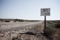 EE.UU., Wyoming, Camino de la suciedad y señal hecha a mano - foto de stock