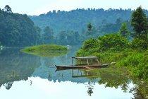 Indonesien, Sukabumi, Situ Gunung, malerischen Blick auf Natur Spiegelbild im Fluss mit Boot — Stockfoto
