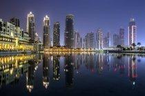 Malerische Aussicht auf die Skyline der Stadt in der Nacht, Dubai, Vereinigte Arabische Emirate — Stockfoto