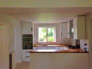 Главная Витрина интерьер, современная кухня с мебелью — стоковое фото