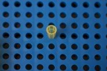Vista aérea de la pipeta en placa de pipeteo en laboratorio - foto de stock