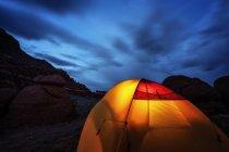 Malerische Aussicht auf beleuchteten Zelt bei Nacht, Utah, Usa — Stockfoto
