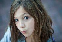Close-up Portrait von schönen Mädchen mit hochgezogenen Augenbrauen im freien — Stockfoto