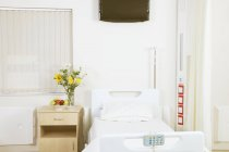 Empty bed in private hospital room — Stockfoto