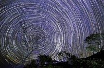 Estrelas em espiral no céu noturno, longa exposição — Fotografia de Stock