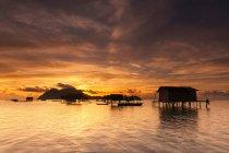 Malaysia, Sabah, veduta panoramica delle capanne degli zingari al sorgere del sole — Foto stock